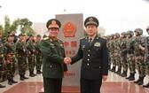 我國國防部長吳春歷大將(中左)與中國國防部長魏鳳和上將在越中邊境943(1)號界碑之處合照。(圖源:仲海)
