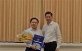 市人委會副主席陳永線向徐良同志頒發市新聞與傳播廳副廳長職務委任《決定》。(圖源:佐琳)