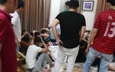 """數十名男女青少年在平順省藩切市某別墅舉辦""""毒品生日宴會""""時被公安力量查獲的現場。(圖由公安機關提供)"""