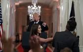 美國有線電視新聞網(CNN)記者吉姆‧阿科斯塔(右)本月7日在白宮記者會上,一度被特朗普要求閉嘴和吊銷其白宮採訪證。(圖源:AP)