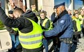 法國警察拘捕抗議者。(圖源:互聯網)