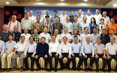 吳駿總領事、郝志剛副總領事與各位參贊、領事同市華文教育輔助會工作人員合照。