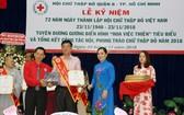 市紅十字會副主席陳文俊、第八郡郡委副書記阮青春向鄧栢榮頒發獎狀。
