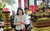國家副主席鄧氏玉盛在武文傑政府總理紀念區上香緬懷。(圖源:慶維)