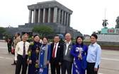 華人民運幹部王沛川(左一)、李金英 (左二)和盧耀南(右三)與市委副書記武氏蓉 (左三)和市民運處領導合影。