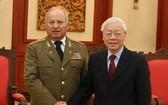 黨中央總書記、國家主席阮富仲接見古巴共產黨中央政治局委員、古巴共和國各革命武裝力量部長萊奧波爾多‧辛特拉‧弗里亞斯。(圖源:VOV)