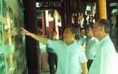黃文鴻玉主任(左)與盧耀南理事長交流會館的對外活動圖片。