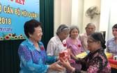 組委會向華人婦女李金梅(左)祝壽。