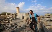 一名巴勒斯坦男子在加沙地帶城市拉法檢查空襲後的 廢墟。(圖源:新華社)