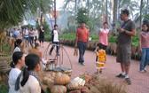遊客正體驗農村純樸的生活。(圖源:廷興)