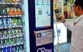 消費者在便利店透過QR碼付款。