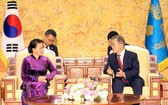 國會主席阮氏金銀(左)會見韓國總統文在寅。(圖源:互聯網)