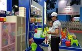 華人企業維新公司向消費者推介新產品。