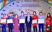 原國家副主席張美華(左三)向熱心支持故鄉人道中心者頒獎。