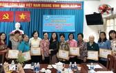 民族婦女工作組向在關照民族婦女工作中取得出色成績的各坊婦女會頒發獎狀。