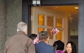 華為副董事長孟晚舟(右一)度過保釋後的第一夜後,在其溫哥華住宅處,除有媒體守候,亦有不少友人前來致意。(圖源:AFP)