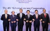政府副總理范平明(右二)與各國團長合照留念。(圖源:越通社)