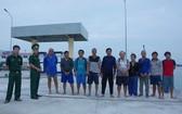 獲救的10名外籍船員在岸上合照。(圖源:文明)