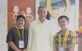 女設計師阮氏秋霞與新加坡總理李顯龍、杜孟雄藝人合照。