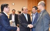 阮春福總理親切問候諮詢小組各成員。(圖源:Chinhphu.vn)