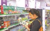 市民在第七郡購買功能食品。