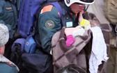 救援人員在廢墟中救出了一名11個月大的男嬰。(圖源:AFP)