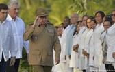 古巴共產黨黨中央第一書記勞爾·卡斯特羅、古巴國務委員會主席兼部長會議主席迪亞斯-卡內爾在聖伊菲赫尼亞公墓出席活動。(圖源:AP)