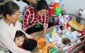 患呼吸道疾病進院兒童遞增。圖為入住市第一兒童醫院的病童4人共用一張病床屢見不鮮。(圖源:友科)