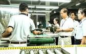 李玉明總經理(右三)與員工一起研發生產養生瓷鍋。