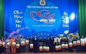 政府副總理王廷惠向嘉萊省清貧勞動者贈送禮物。(圖源:潘和)