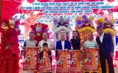 理事長劉家明(左三)為送出五套醒獅點睛後留影。