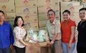 張清山副理事長(中)與各位理事將禮物交給郡紅十字會代表。