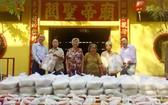 該廟理事長楊振明(右一)向老鄉親派歲暮禮物。