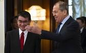 俄羅斯外長拉伕羅夫(右)與日本外相河野太郎(左)進行磋商,正式啟動日俄和平條約締結談判新機制。(圖源:AP)