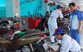 祥源公司為顧客換機油。