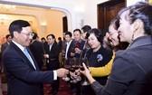 外交部長范平明(左)同與會代表在聚會上碰杯致意。(圖源:阮紅)