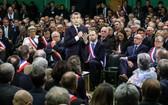 """當地時間15日,法國總統馬克龍來到厄爾省,正式開啟""""大協商""""。在眾多市長面前,他表示當前""""黃背心""""危機也是一個""""機會"""",可促進政府繼續深層改革,並進行""""強烈反應""""。(圖源:AFP)"""