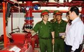 消防警察提醒企業加強消防工作。