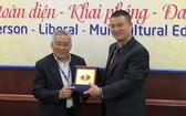 市人文社科大學副校長黎友福(左)向廣西財經學院團代表贈送紀念品。