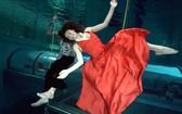 俄羅斯一名女演員搭檔一名烏克蘭男演員在意大利世界最深的泳池中刷新了屏氣水下雙人舞吉尼斯世界紀錄,成績為3分28秒。。(圖源:互聯網)