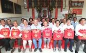 理事長翁文貴(左一)與常務副理事長方炳星 (右一)同各長老合照。