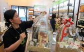 消費者在第三郡某食品店選購有機食品禮物籃。