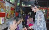 萬盛發集團代表向聚群居孤寡老人贈送禮物。