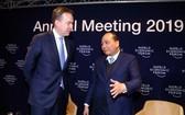 政府總理阮春福(右)與世界經濟論壇創辦人、執行主席克勞斯‧施瓦布交談。(圖源:越通社)