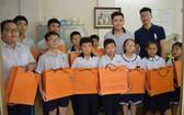 西貢屏榮食品公司給學生派發中秋月餅。