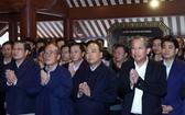 政府總理阮春福(前右二)同多位原國家級領導親往巴為山胡志明主席祠堂上香緬懷胡伯伯。(圖源:越通社)