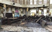 菲律賓蘇祿省霍洛島上某天主教堂遭到2枚炸彈襲擊,現場大廳一片狼藉。(圖源:AP)