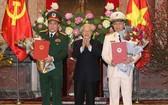 黨總書記、國家主席阮富仲向兩上將授予晉升大將《決定》。(圖源:越通社)