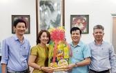 市民族處代表團向本報贈送新年禮物。