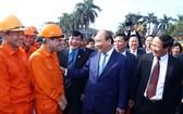 政府總理阮春福(右二)前往看望並向海防市工人拜年。(圖源:越通社)